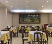 Trpezarija Hotela Africa u Rodosu u Grčkoj. Stolice, namesteni stolovi, slika.