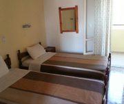 Jedna od soba vile Platania na Krfu u Grčkoj. Namešteni kreveti.