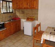 Jedna od kuhinja vile Vasiliki na Krfu u Grčkoj. Pećnica, sto, stolice.