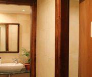 Pogled na jedno od kupatila aparthotela Royal u Rodosu u Grčkoj. Ogledalo, lavabo, biljka.