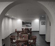 Trpezarija aparthotela Royal u Rodosu u Grčkoj. Sto, stolica, slike.