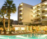 Fasada hotela Best Western Plaza u Rodosu u Grčkoj. Fasada, bazen, ležaljke.