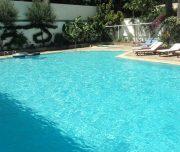Bazen hotela Best Western Plaza u Rodosu u Grčkoj. Bazen, ležaljke, zelenilo.