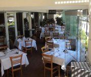 Trpezarija hotela Best Western Plaza u Rodosu u Grčkoj. Stolovi, stolice, staklena vrata.