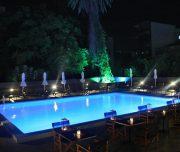 Bazen hotela Amphitryon Boutique u Rodosu u Grčkoj. Stolovi, stolice, ležaljke, suncobrani.