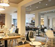 Restoran hotela Amphitryon Boutique u Rodosu u Grčkoj. Stolovi, stolice.