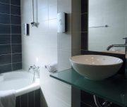 Jedno od kupatila hotela Amphitryon Boutique u Rodosu u Grčkoj. Lavabo, peškir, kada, ogledalo.