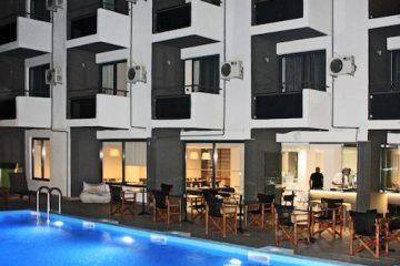 Fasada hotela Amphitryon Boutique u Rodosu u Grčkoj. Bazen, stolovi, stolice.