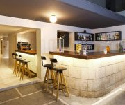 Bar hotela Butterfly Boutique u Rodos u Grčkoj. Barske stolice, bar, pića.