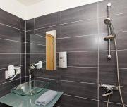 Jedno od kupatila hotela Butterfly Boutique u Rodosu u Grčkoj. Tuš, ogledalo, lavabo.