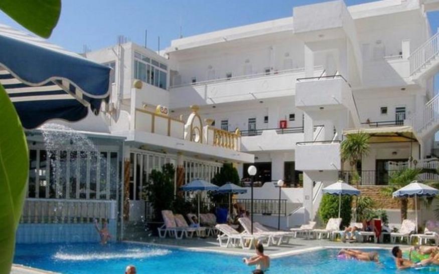 Spoljašnjost hotela Grecian Fantasia Resort u Rodosu u Grčkoj. Bazeni, ležaljke, suncobrani.