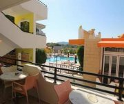Terasa hotela Grecian Fantasia Resort u Rodosu u Grčkoj. Stolice, stolovi, bazen.
