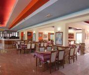 Trpezarija hotela Grecian Fantasia Resort u Rodosu u Grčkoj. Stolovi, stolice.
