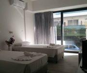 Jedna od soba hotela New York u Rodosu u Grčkoj. Namešteni kreveti, klima, TV.