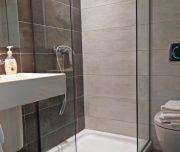 Jedno od kupatila hotela New York u Rodosu u Grčkoj. Tuš kabina, lavabo, WC.