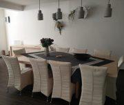 Trpezarija hotela New York u Rodosu u Grčkoj. Stolice, stolovi, cvece, lampe.
