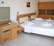 Jedna od soba hotela Rafaelo u Rodosu u Grčkoj. Namešteni krevet, ogledalo, vitrina.
