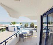 Pogled sa terase hotela Rafaelo u Rodosu u Grčkoj. Stolovi, stolice, more.