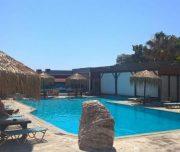 Bazen hotela Rafaelo u Rodosu u Grčkoj. Bazen, ležaljke, suncobrani.
