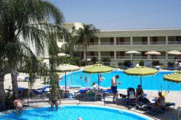 Jedan od bazena Hotela Romantza Mare u Rodosu u Grčkoj. Ljudi, bazen, suncobrani, lezaljke.
