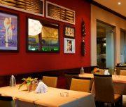 Restoran hotela Vassili u Rodosu u Grčkoj. Stolovi, stolice, slike.