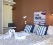 Jedna od soba hotela Vassilia u Rodosu u Grčkoj. Namešteni kreveti, peškiri, slika, sef.