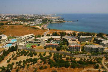 Pogled iz vazduha na hotel Virginia u Rodosu u Grčkoj. Hotel, bazen, more.