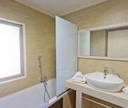Jedno od kupatila hotela Virginia u Rodosu u Grčkoj. Kada, tuš, lavabo, peškir, ogledalo.