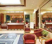 Recepcija hotela Virginia u Rodosu u Grčkoj. Ljudi, fotelje, ogledalo.